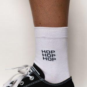 """Modèle de chaussettes à inscription """"hop hop hop"""""""