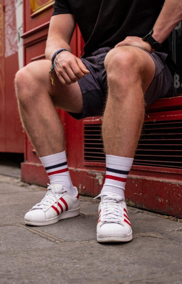 Modèle de chaussettes blanches à rayures bleu et rouge
