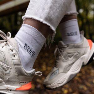 Modèle de chaussettes à message solide gold dans baskets