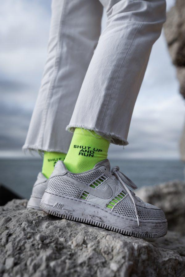 Modèle de chaussettes à message jaune fluo