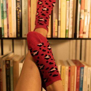 Modèle de chaussettes rouges à motifs léopards