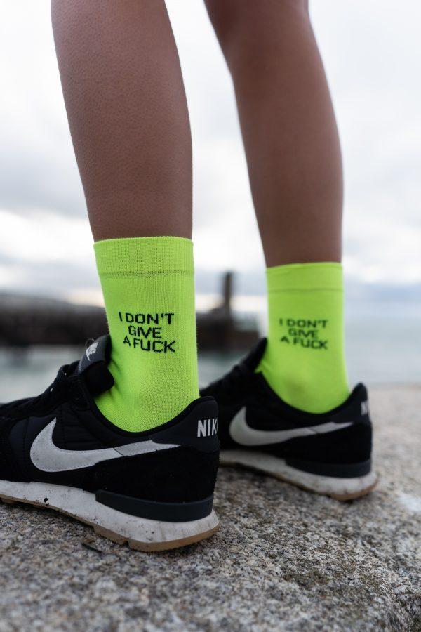 """modèle de chaussettes à inscription """"i don't give a fuck"""" jaune fluo"""