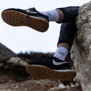 Modèle de chaussettes à message keep going kid portées