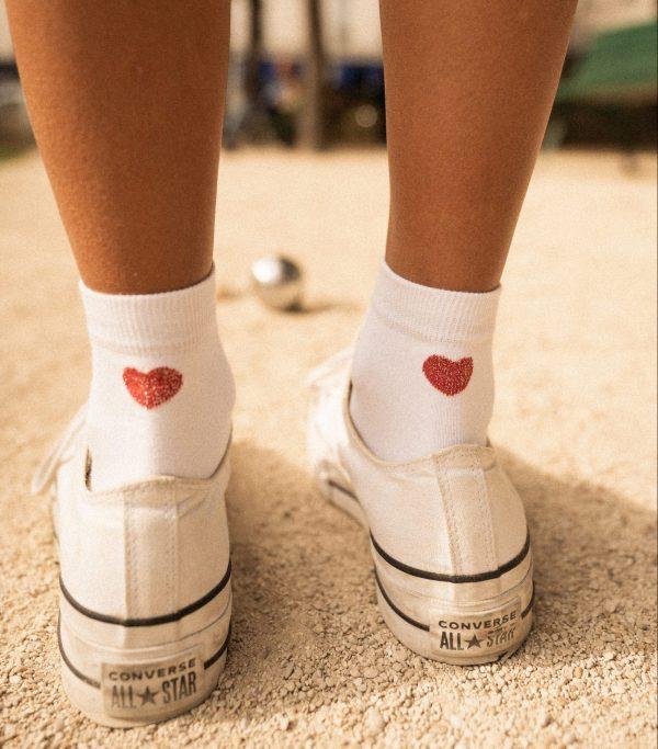 Modèle de chaussettes blanches à motif coeur rouge