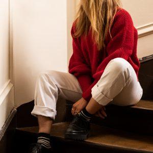 Modèle à rayures portée dans des escaliers
