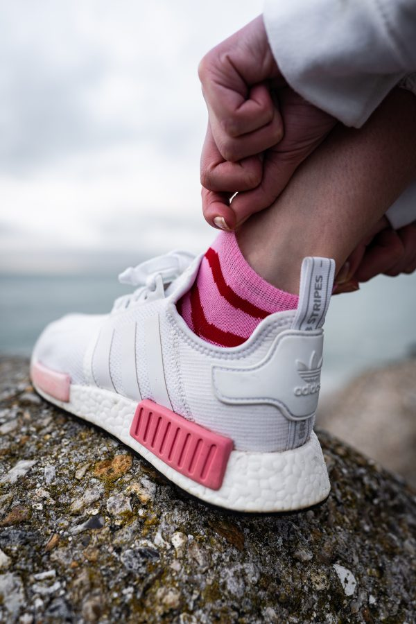 Modèle de socquettes à rayures rose, rouge